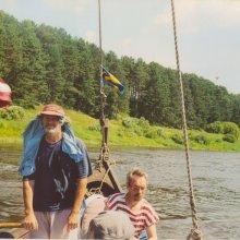 Kapteinis vienmēr modri vēro nemierīgo ūdens virsmu